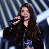 Lorde con su galardón de los MTV Video Music Awards 2014
