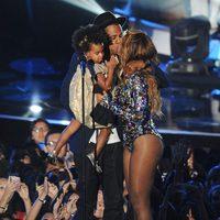 Jay Z con Blue Ivy Carter y besando a Beyoncé en los MTV Video Music Awards 2014