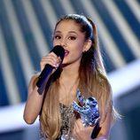 Ariana Grande con su galardón de los MTV Video Music Awards 2014