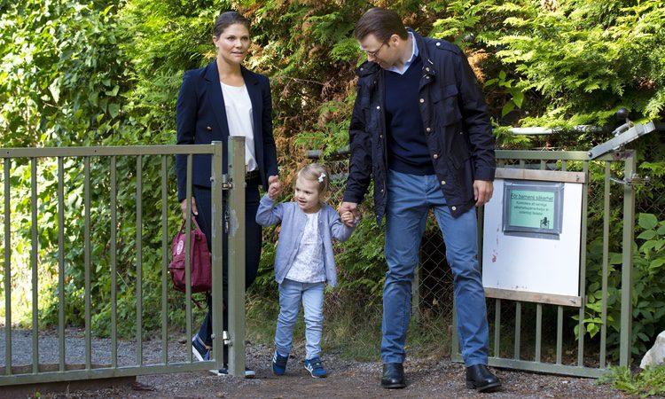 Los Príncipes de Suecia acompañan a su hija Estela a su primer día de escuela