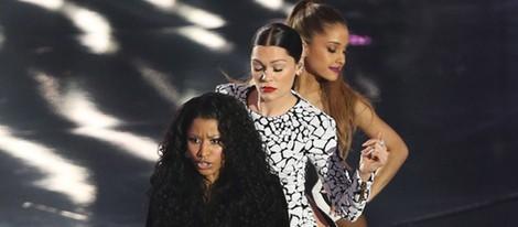 Nicki Minaj, Jessie J y Ariana Grande actuando en los MTV Video Music Awards 2014