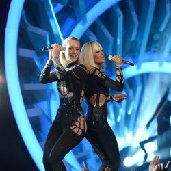 Iggy Azalea y Rita Ora actuando en los MTV Video Music Awards 2014