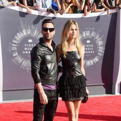 Adam Levine y Behati Prinsloo en la alfombra roja de los MTV Video Music Awards 2014