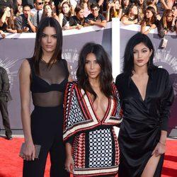Kendall Jenner, Kim Kardashian y Kylie Jenner en la alfombra roja de los MTV Video Music Awards 2014