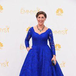 Mayim Bialik en la alfombra roja de los Emmy 2014