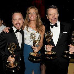 Aaron Paul, Anna Gunn y Bryan Cranston en los Premios Emmy 2014