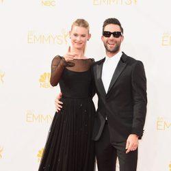 Behati Prinsloo y Adam Levine en la alfombra roja de los Premios Emmy 2014