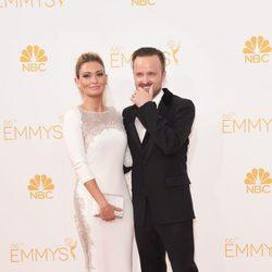 Aaron Paul y Lauren Parsekian en la alfombra roja de los Premios Emmy 2014