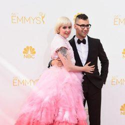 Lena Dunham y Jack Antonoff en la alfombra roja de los Premios Emmy 2014