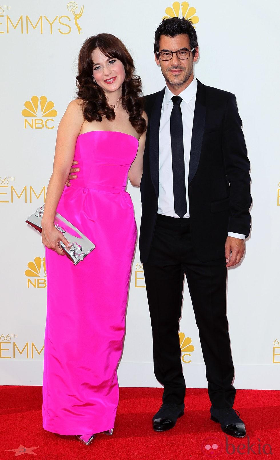 Zooey Deschanel y Jacob Pechenik en la alfombra roja de los Premios Emmy 2014