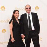Catherine Rusoff y Ed O'Neill en la alfombra roja de los Premios Emmy 2014