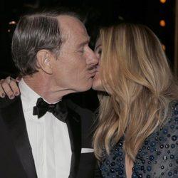 Bryan Cranston y Julia Roberts se besan en la gala de los Premios Emmy 2014