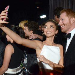 Jesse Tyler Ferguson y Sarah Hyland se hacen un selfie en la gala de los Premios Emmy 2014