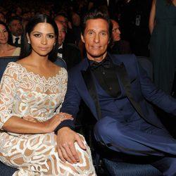 Camila Alves y Matthew McConaughey en la gala de los Premios Emmy 2014