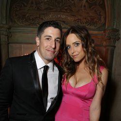 Jason Biggs y Jenny Mollen en la fiesta de Netflix tras los Emmy 2014