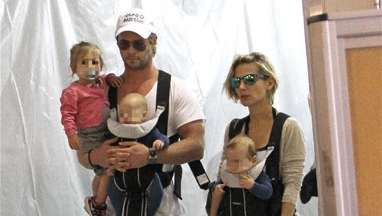 Elsa Pataky y Chris Hemsworth con sus tres hijos en el aeropuerto de Los Angeles