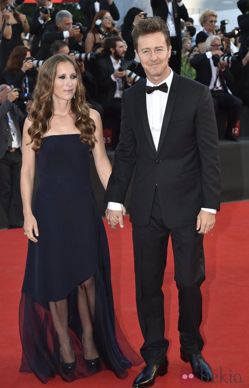 Edward Norton y Shauna Robertson en la ceremonia de apertura del Festival de Venecia 2014
