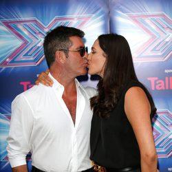 Simon Cowell y Lauren Silverman besándose en la presentación de la 11 edición de 'The X Factor'