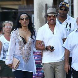 Lionel Richie y su novia paseando por Saint Tropez