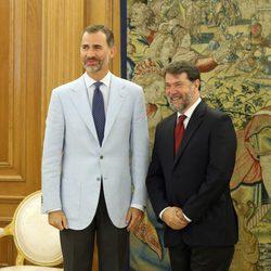 El Rey Felipe con Pedro Luis Alonso Fernández en una audiencia en La Zarzuela