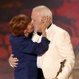 Concha Velasco besa a Juan Echanove en los Premios Ceres 2014