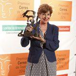 Concha Velasco con su Premio Emérita Augusta en los Premios Ceres 2014
