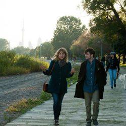 Daniel Radcliffe y Zoe Kazan en un fotograma de 'Amigos de más'