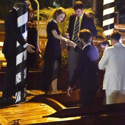 Andrew Garfield ayuda a Emma Stone a subir a un taxi en Venecia