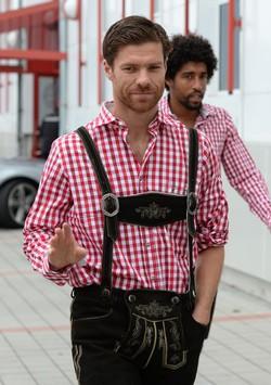 Xabi Alonso luce el traje regional bávaro en Munich
