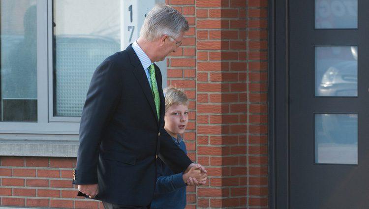Felipe de Bélgica lleva al Príncipe Emmanuel a su primer día de colegio