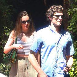 Leighton Meester y Adam Brody pasean su amor por Topanga