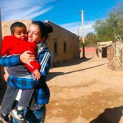 Sandra Blázquez muy cariñosa con un niño durante su voluntariado en Marruecos