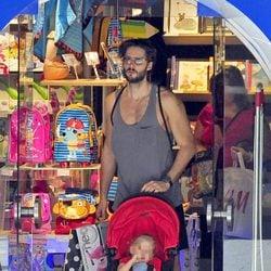 Sergio Mur sale de una juguetería de Madrid con su hija Vera