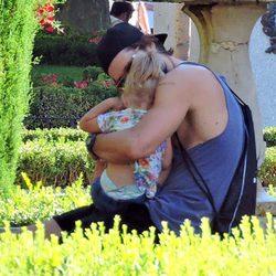 Sergio Mur, muy atento con su hija Vera en el parque