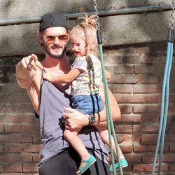 Sergio Mur señala a su hija Vera a los fotógrafos que les hacen fotos