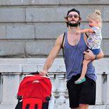 Sergio Mur lleva en brazos a su hija Vera por Madrid