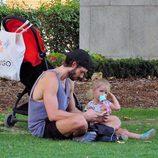 Sergio Mur descansa en un parque en Madrid junto a su hija Vera