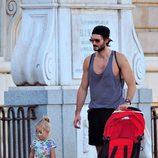 Vera Mur camina junto a su padre Sergio Mur por Madrid