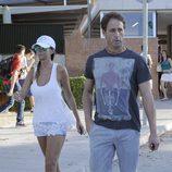 Lara Dibildos y Álvaro Muñoz Escassi llevan a su hijo en el primer día de colegio