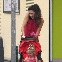 Olivia Molina atiende al teléfono mientras su hija Vera llora desconsolada