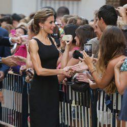 La Reina Letizia saluda a los malagueños antes de visitar el Museo Picasso de Málaga