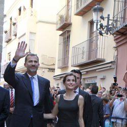Los Reyes Felipe y Letizia saludan antes de visitar el Museo Picasso de Málaga
