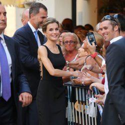 Los Reyes saludan a los malagueños antes de visitar el Museo Picasso de Málaga