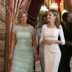 Lorena Castillo y la Reina Letizia durante un almuerzo ofrecido en el Palacio Real de Madrid