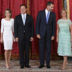 La Reina Letizia, Juan Carlos Varela, el Rey Felipe VI y Lorena Castillo durante un almuerzo en el Palacio Real