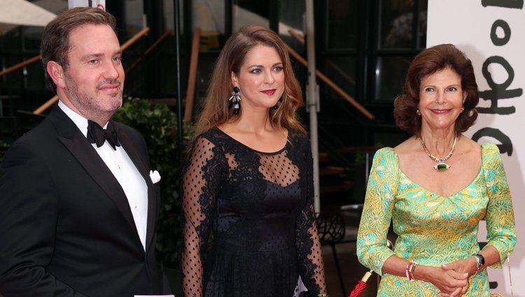 La Princesa Magdalena, Chris O'Neill y la Reina Silvia en la cena organizada por la World Childhood Foundation