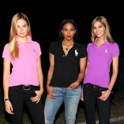 La modelo Bridget Malcolm, la cantante Ciara y la modelo Samantha Gradoville en el desfile de Ralph Lauren en la Semana de la Moda de Nueva York Primavera/