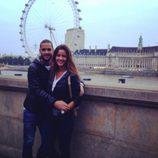 Malena Costa y Mario Suárez posando delante del London Eye