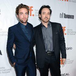 Robert Pattinson y John Cusack en la premiere de 'Maps To The Stars' en el Festival de Toronto