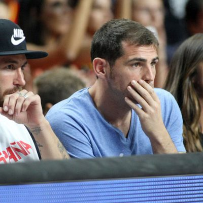 Sergio Ramos, Iker Casillas y Sara Carbonero en el partido del Mundial de Baloncesto 2014 Francia-España
